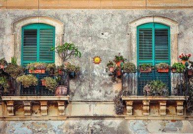 Nowoczesne dekoracje okien balkonowych